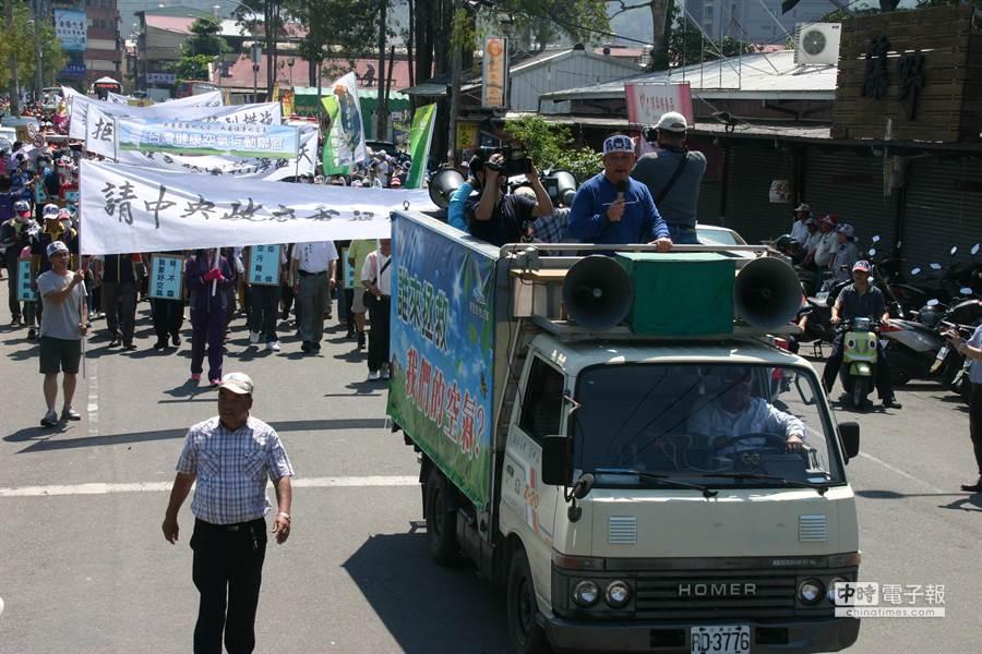▲埔里鎮公所發起的千餘人走上街頭,訴求「還我清新空氣遊行誓師」活動。(楊樹煌攝)