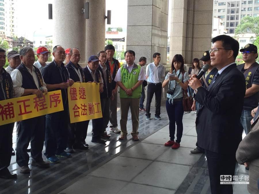 台中市長林佳龍(右)向陳情民眾允諾,5月20日環評委員上任,重啟東豐快速道路環評程序。(盧金足攝)