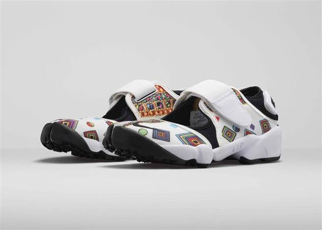 NIKE X LIBERTY 2015夏季聯名鞋款本系列向 Nike Air Rift的回歸致敬。於1996年問世,Nike Air Rift極具特色的設計反映了Nike不斷提升運動性能的堅持。設計團隊結合高科技布料、可調整貼合腳型的系統、以及早期自然律動設計,製作出這雙足以匹配靈感來源跑者的高性能跑鞋。2015夏季新款Air Rift除了獨特美感外,更加入Liberty Merlin印花圖案,凸顯運動時尚風。現代與經典碰撞出衝突美感長條幾何排列的Merlin印花,由趣味十足的圓點和同心方塊圖騰組成,被應用在多款現代與經典的Nike鞋款與服裝上。Merlin印花色彩鮮豔、圖案大膽、設計獨特,賦予Nike x Liberty 2015夏季聯名系列極具衝突的美感。此系列更藉由過去和現在的交會,打造出全然原創的設計。NIKE X LIBERTY 2015夏季聯名系列包括多款運用Merlin印花圖案的經典與現代鞋款及服飾,並將於4月23日在倫敦Liberty率先販售,5月4日起在指定Nike Sportswear店點推出。