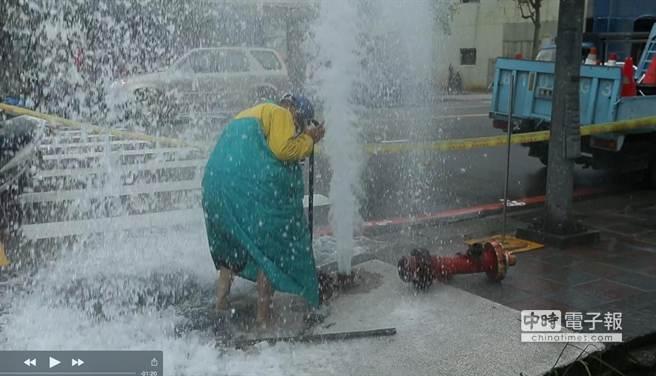 消防栓被貨車撞斷,水柱激射不止。(周刊王提供)