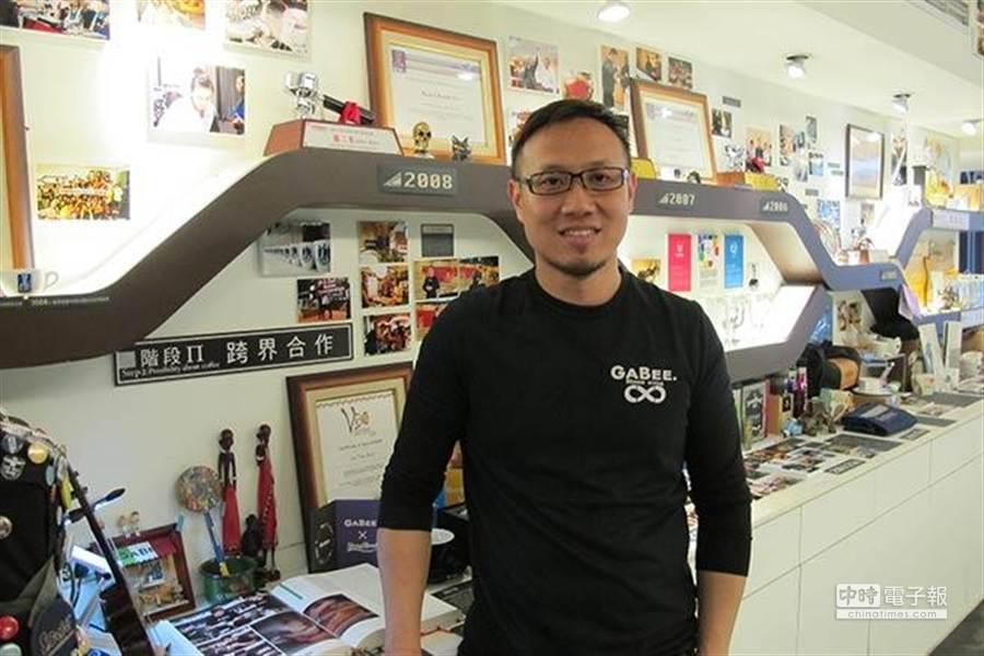 咖啡大師林東源不但從工科跨領域到餐飲,還與不同品牌做跨界合作,其中就包括五月天。(林東源提供)