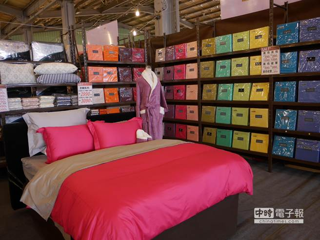 鱷魚寢具出清品項從床罩、被單、床包、枕頭、乳膠床墊等一應俱全。(蔡依珍攝)