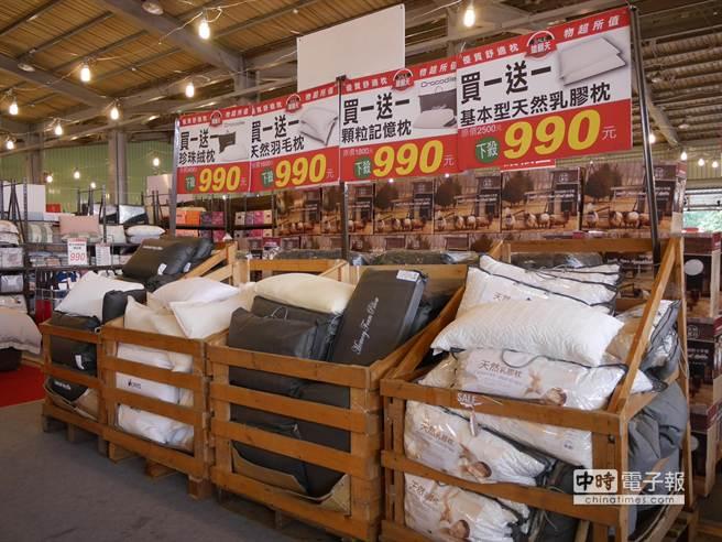 中午12點限時限量推出排隊商品,枕頭套、浴室止滑墊、午安枕統統只要9元。(蔡依珍攝)