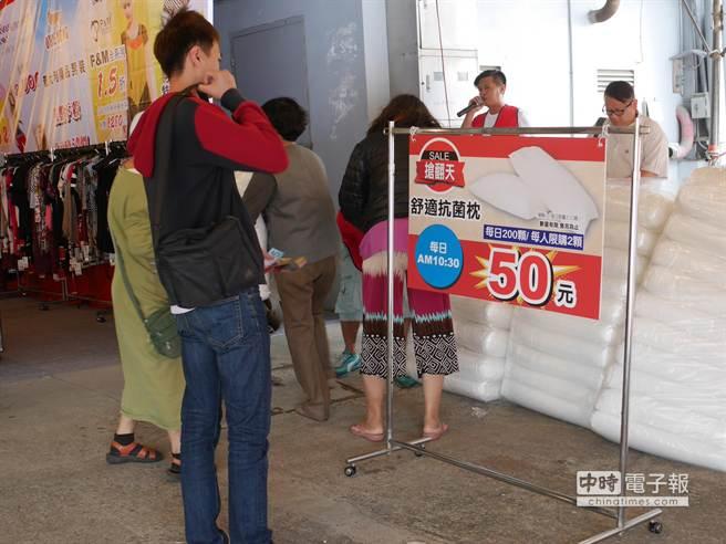 每天上午10點半推出 50元銅板價的抗菌枕頭。(蔡依珍攝)