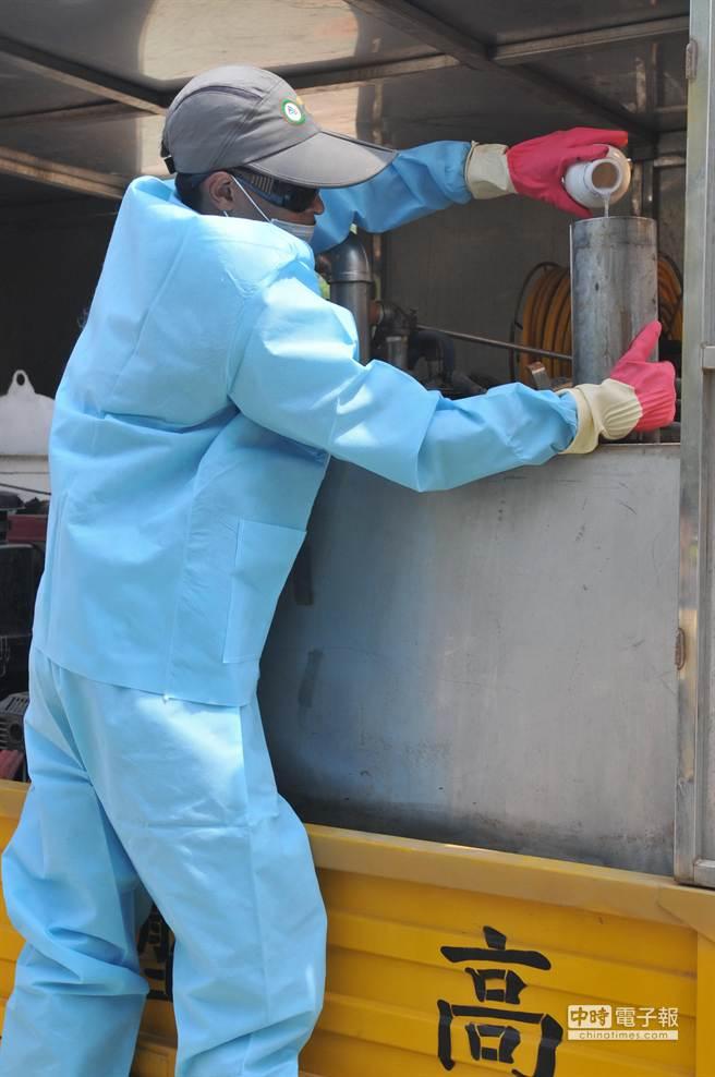 金門縣林務所採取低毒的安全藥劑,啟動今年首波防治機制。(李金生攝)
