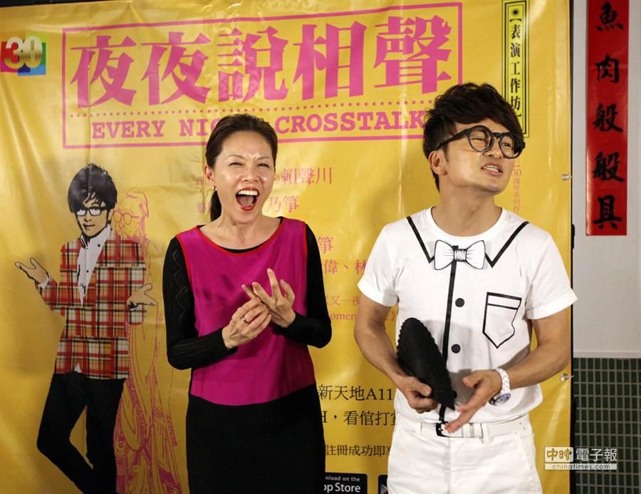 表演工作坊將演出8場30周年系列作《夜夜說相聲》,場景設在台灣夜市開講。編導丁乃箏(左)和主演唐從聖(右)28日在記者會中宣傳嘲諷補習文化的〈孔子七十三賢人〉一段,兩人笑開懷。(王錦河攝)