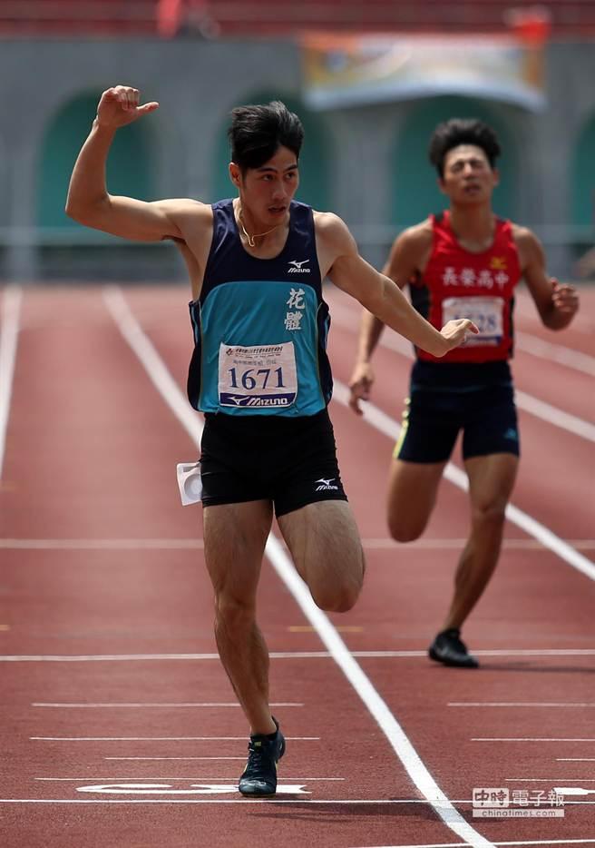 楊俊瀚在全中運男子200公尺率先通過終點奪金。(李弘斌攝)