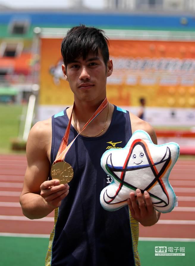 楊俊瀚秀出全中運男子200公尺金牌。(李弘斌攝)