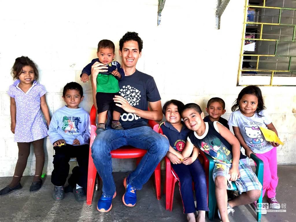 IMPCT團隊成員艾安禮回到薩爾瓦多家鄉與貧民窟學童合影。(陳安穠提供)
