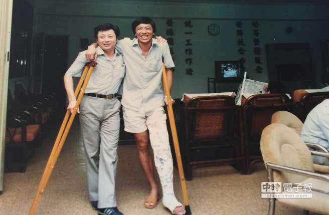 在國安局帶籃球隊時,不小心摔斷了腿。(李天鐸提供 張怡文翻攝)