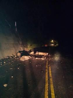 連日大雨 北宜公路土石滑落