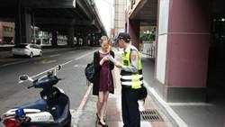 外國女來台語言不通 熱心警協助叫車