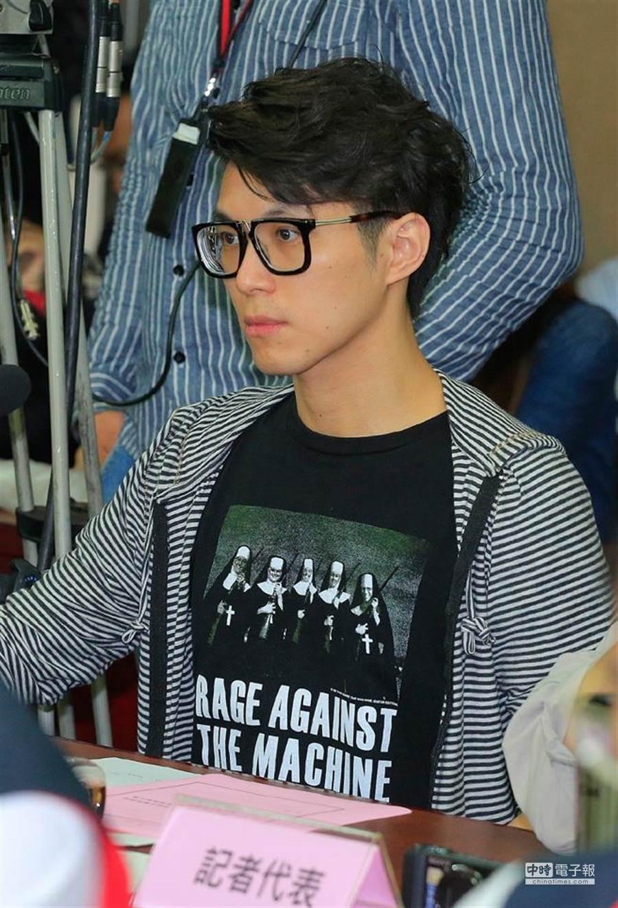 3月23日攻占行政院事件,台北地檢署依侵入住居罪嫌,起訴當天被警方驅離後一度倒地抽搐,指控警方施暴的牙醫師王心愷(圖)在內的39人。(資料照片,方濬哲攝)