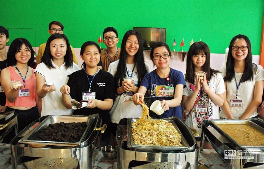 大仁科大僑生透過家鄉美食,與台灣學生搭起友誼橋樑。(林和生攝)