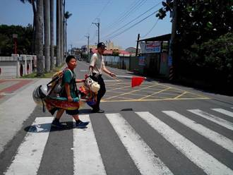 騎布馬過馬路 陸豐國小真有趣