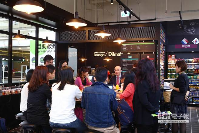 家樂福全台第73家店,全新汐科店開幕,首度引進知名咖啡illy及茶品牌Dilmah,在賣場中設立聯合店中店。台灣區新任總經理貝賀名特地選在此與媒體見面。(鄧博仁攝)