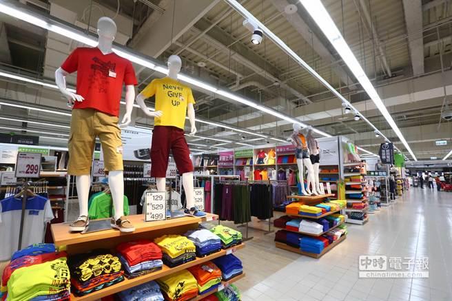 家樂福全台第73家店,全新汐科店開幕,特別設有專櫃主題式服飾專區。(鄧博仁攝)