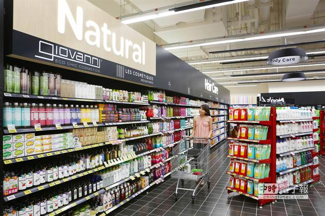 家樂福全台第73家店,全新汐科店開幕,特別設有自然美妝專區。(鄧博仁攝)