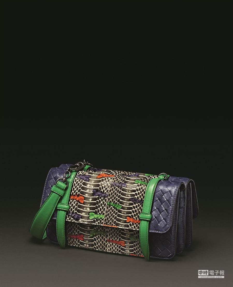 Bottega Veneta手繪水蛇皮混山羊皮手拿包,微風之夜獨家款,12萬8100元。(品牌提供)