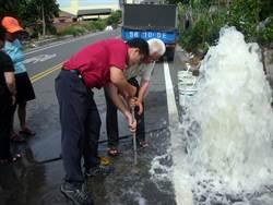 水荒! 貨車撞壞消防栓 消防員忙「搶水」
