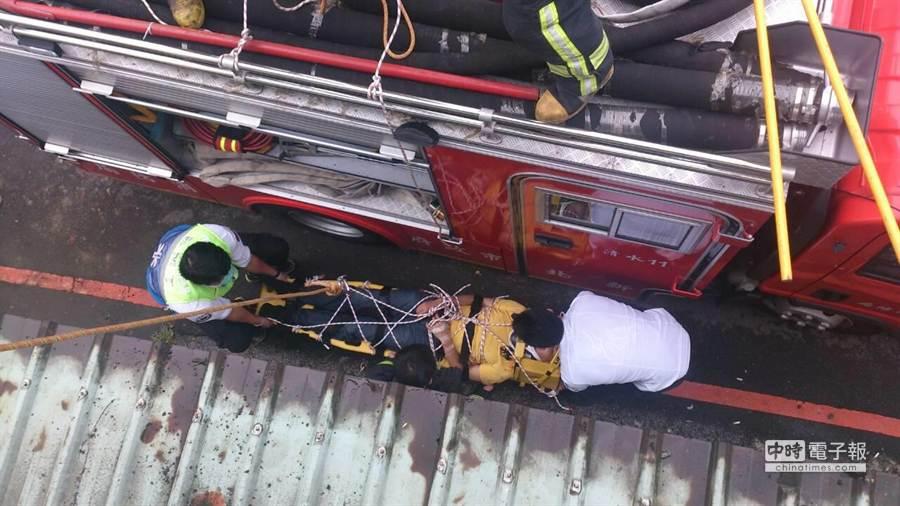 警消得知跳樓消息後利用雙節梯救出男子,送至亞東醫院就醫。(陳螢萱翻攝)