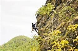 讓女兒上學!重慶男子每天玩命攀絕壁