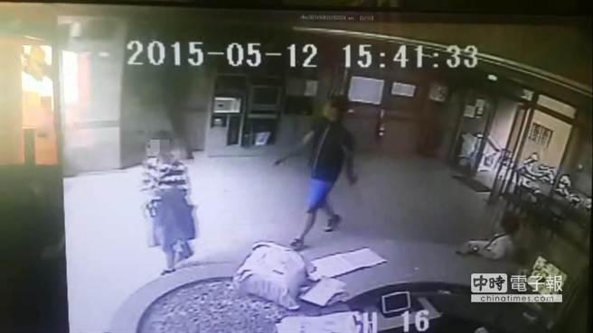 林姓男童12日下午與李姓凶嫌一前一後走進李嫌的租屋大樓,留下最後身影