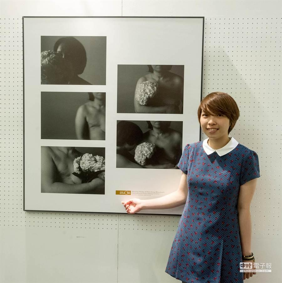 新光三越國際攝影聯展評審獎方憶芝,藉由攝影創作,發現母親多年來深藏心中的秘密,一道道因癌病造成的手術傷疤。(黃仲裕攝)