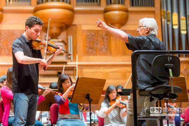 NSO桂冠指挥赫比希、小提琴家哈察特杨携手排练布鲁赫《第一号小提琴协奏曲》。(NSO提供)