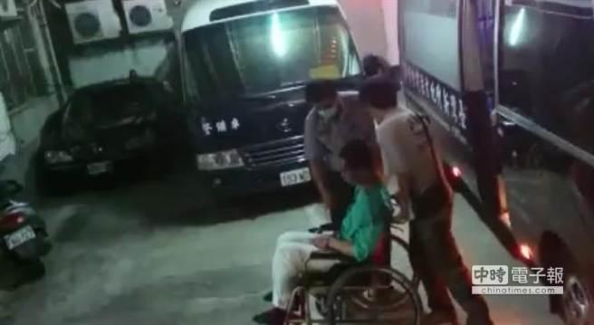 李嫌坐輪椅送進法院。(徐養齡攝)