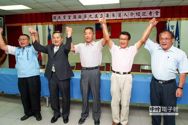 國民黨今天展現團結氣勢支持李志鏞(中)。(李忠一攝)