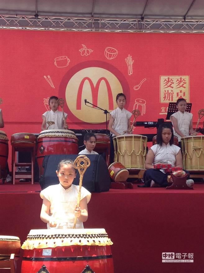 宜蘭縣清溝國小二十四節令鼓隊在上菜前精彩演出。(郭家崴攝)