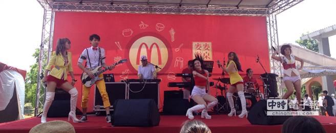 樂團Hot Shock全埸歌舞表演、帶動唱,氣氛熱鬧。(郭家崴攝)