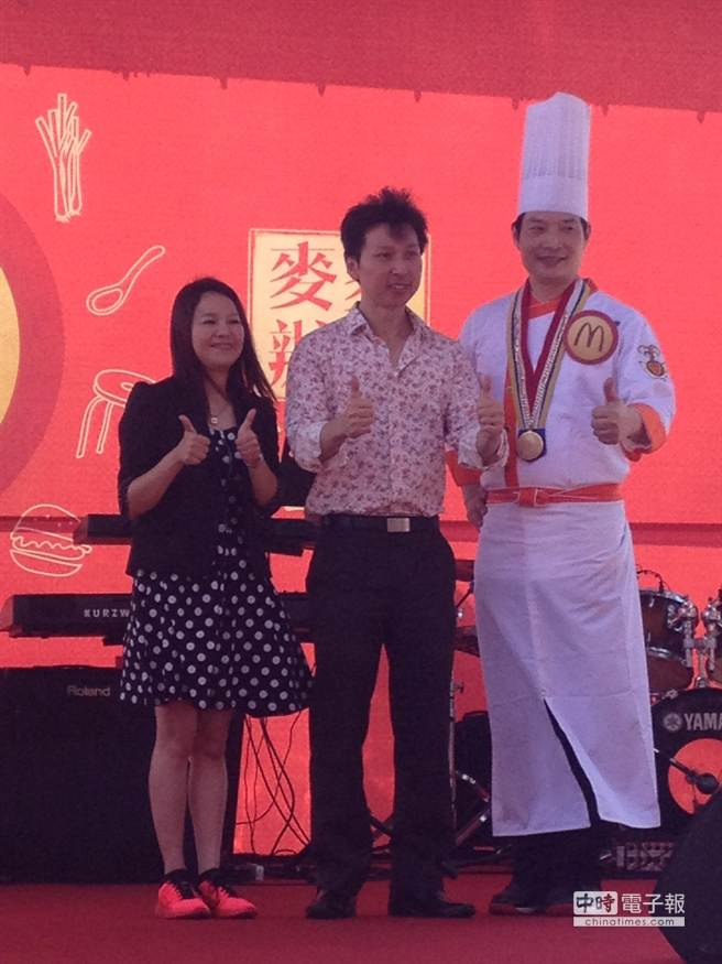 台灣麥當勞品牌暨整合行銷傳播副總裁李意雯(左起)、台灣麥當勞總裁陳文淵、龍師傅是這次麥麥辦桌的重要推手。(郭家崴攝)