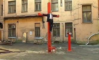 普丁釘十字架 俄使館抗議