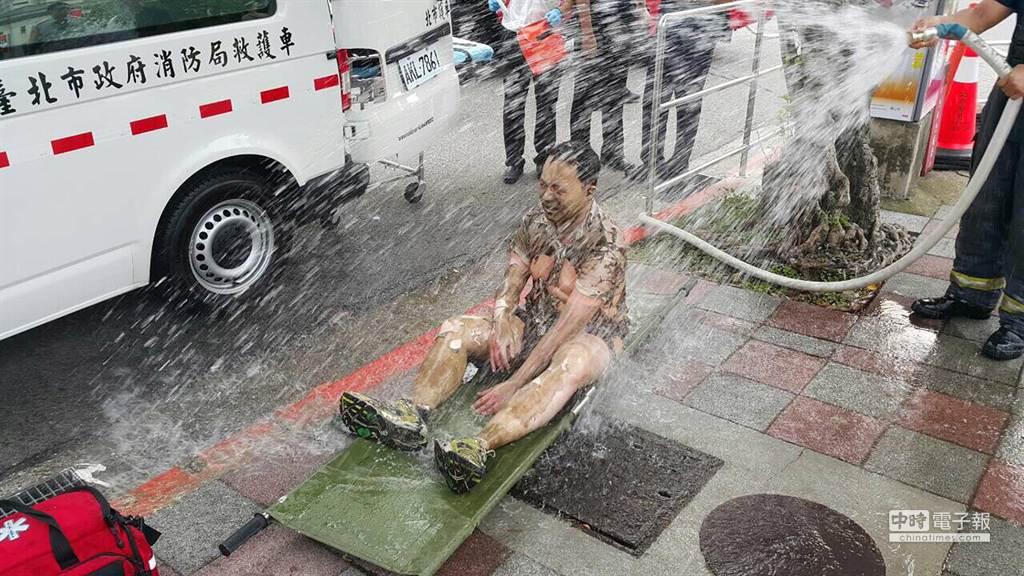 黃姓男子下午在總統府前引火自焚,府前憲兵發現後立即持滅火器予以撲滅,並以冷水降溫。(民眾提供)
