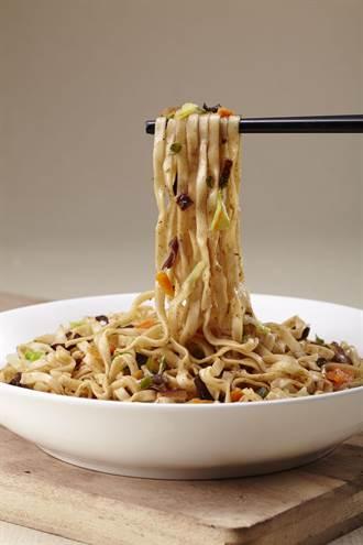 阿舍乾麵與美食家徐天麟合作推出新品「阿舍炒麵—紅藜沙茶鮮蔬」