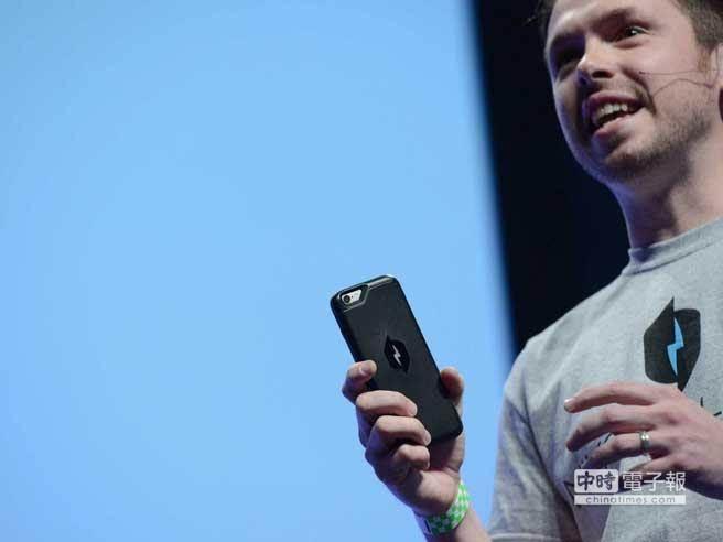 Nikola Labs發明了一款能回收iPhone電力的保護殼,一邊使用手機就能一邊為iPhone充電,實在太神奇了。(取自36Kr)