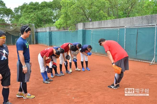 周思齊、養父鐵教練教導小球員。(圖/ 華科事業群慈善基金會提供)