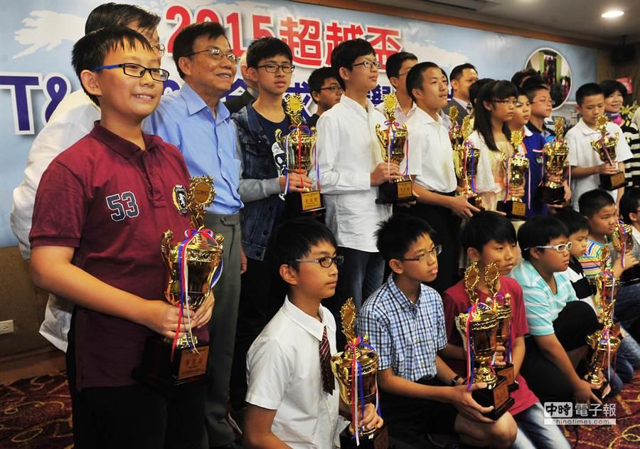 高雄市新民國小六年級林牧謙(左)與其他優秀的學生們一起合影。(劉宗龍攝)