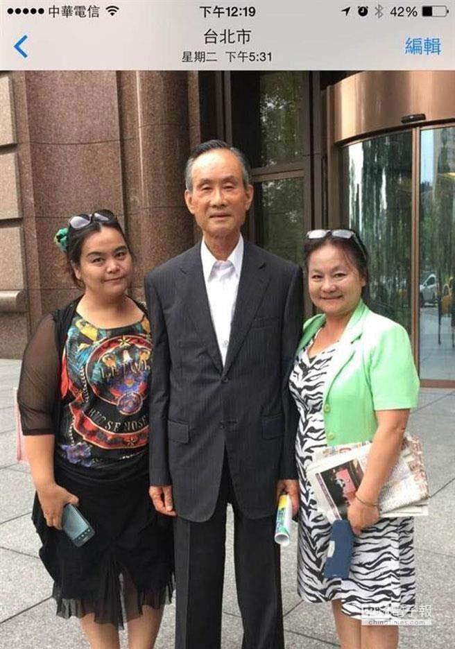 原傳會理事長郭惠貞(右一)投書媒體,並秀出19日下午她與趙藤雄的合照,指她願以頭目家族成員的身分作證,當時趙沒有絲毫酒氣。(遠雄副總蔡宗易提供)