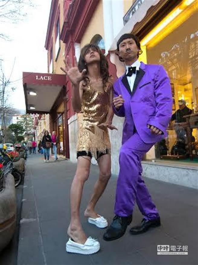 阿翔與浩子在街頭扮余天夫婦。(TVBS提供)