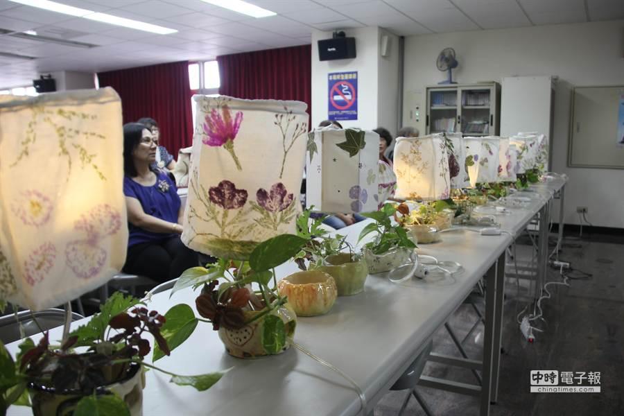 一件件文創檯燈在桌上一字排開,每個都是平時耕種務農的農婦親手製作而成。(程炳璋攝)