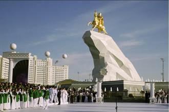 搞個人崇拜 土庫曼總統騎馬黃金塑像隆重揭幕