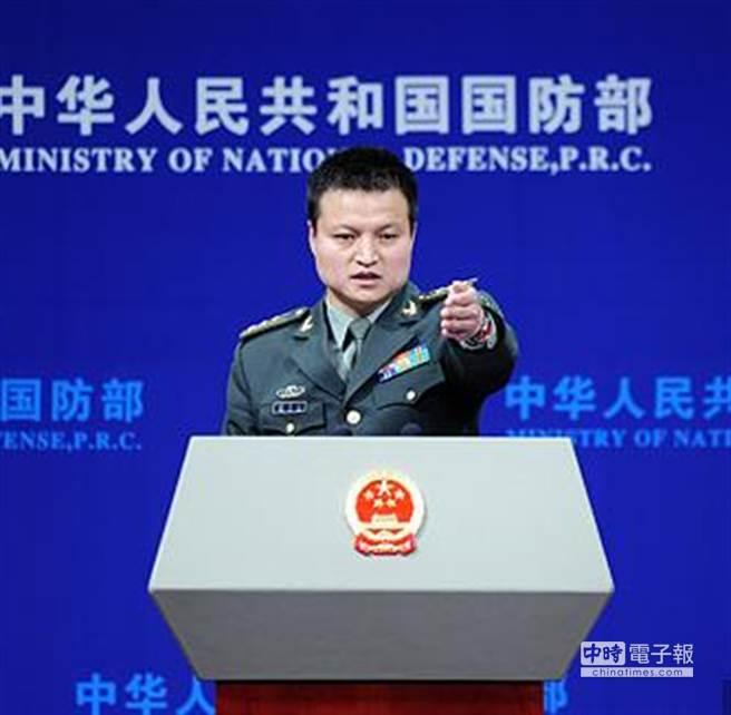中國大陸今(26)日發表《中國的軍事戰略》白皮書,強調貫徹新形勢下積極防禦軍事戰略方針,加快推進國防和軍隊現代化,堅決維護國家主權、安全、發展利益。圖為大陸國防部新聞發言人楊宇軍。(中新社)