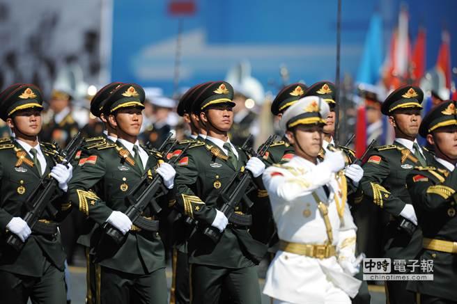 大陸國防部新聞發言人楊宇軍表示,中國政府在這個時候發表這部國防白皮書,與當前中外關係的發展沒有關係。圖為中國人民解放軍三軍儀仗隊日前在莫斯科衛國戰爭勝利70週年閱兵總綵排列隊行進。(新華社)