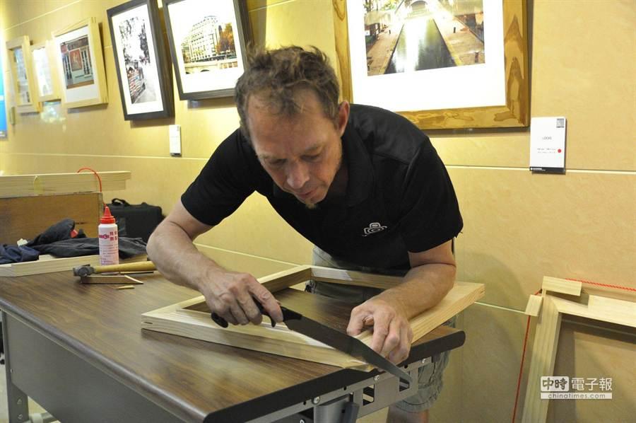 秀傳醫院英文社團老師巴斯卡開攝影展,木製相框完全自己親手完成,不用任何釘子。(洪璧珍攝)
