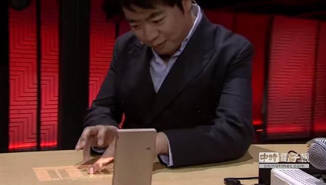 聯想Tech World當中,鋼琴家郎朗彈奏虛擬鋼琴。(取自YouTube)