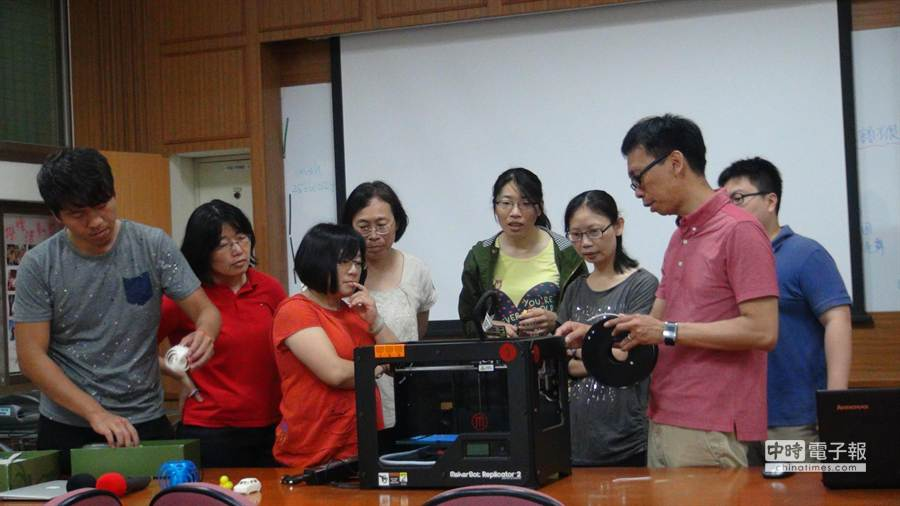 陳立超與團隊到台中惠明學校教導校內老師使用3D印表機。(陳立超提供)