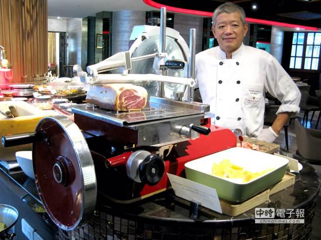 法拉利等級的紅色火腿切片機,放在自助餐檯邊做現場服務,已掀起饕客熱烈討論。(王瑞瑤攝)